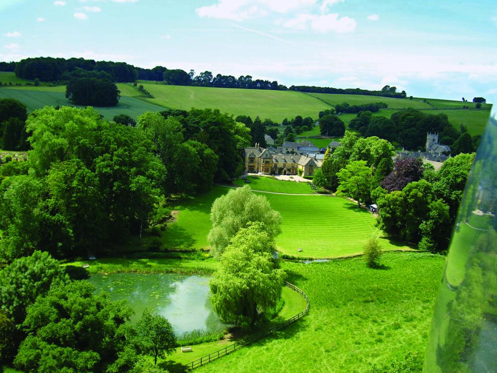 Hotel Lords of the Manor menempati pastoran dari abad ke-17.