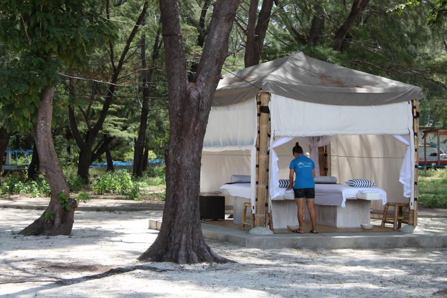 Tenda semi terbuka yang difungsikan sebagai spa.