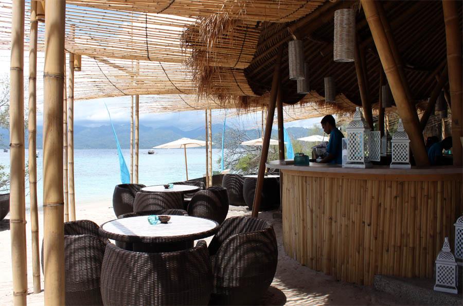 Seorang bartender meracik minuman untuk tamu Karma Beach Club, Gili Meno.