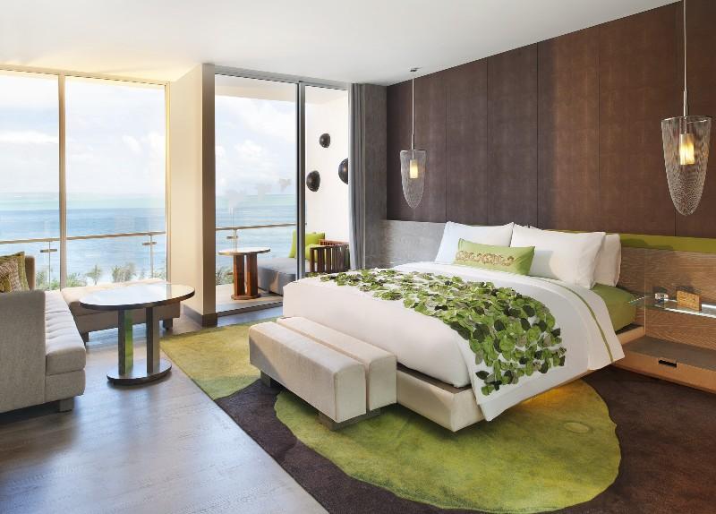 Kamar tidur spektakuler menghadap laut lepas.