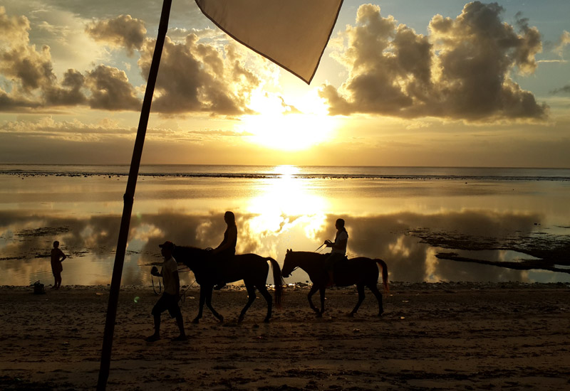 Senja di pantai privat Aston Sunset Beach Resort-Gili Trawangan.