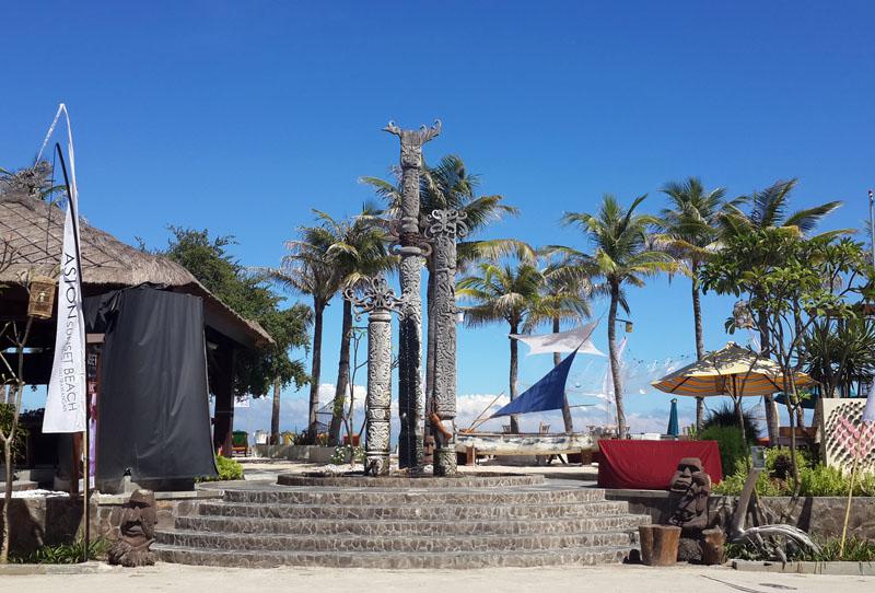 Area restoran dan bar serta lounge yang terletak di seberang hotel.