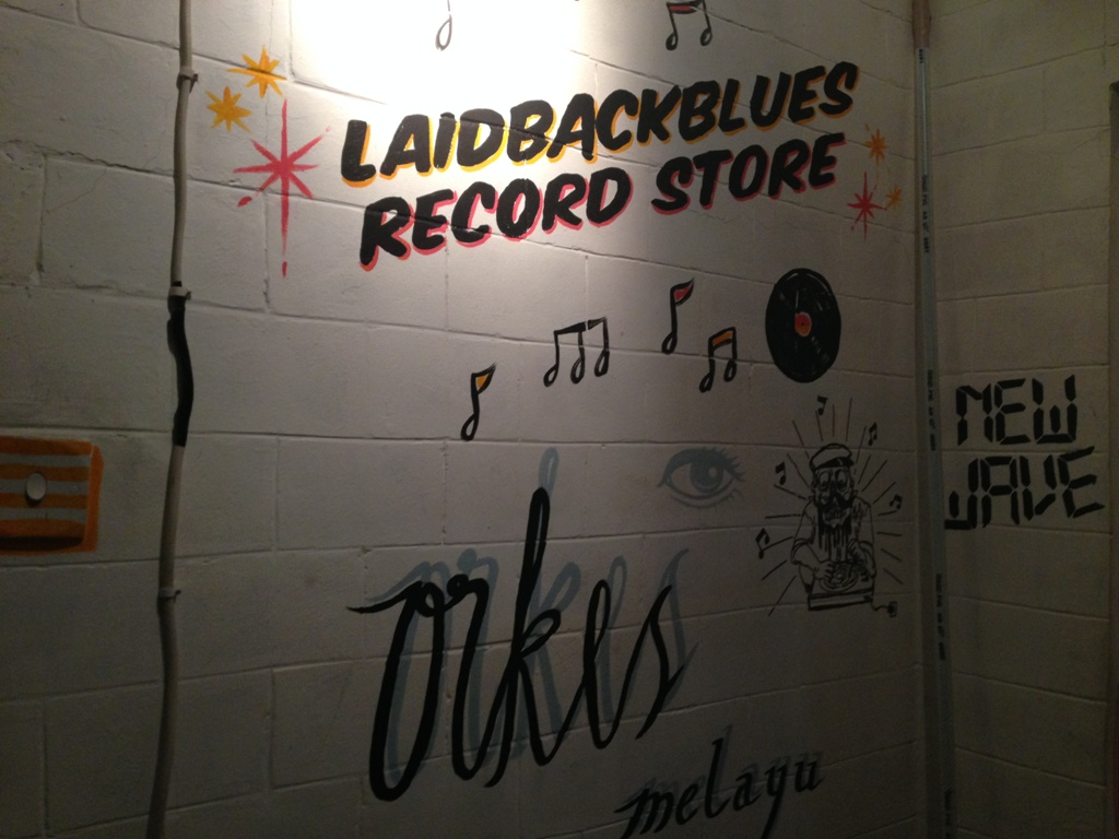 Dinding Laidback dengan muralnya.