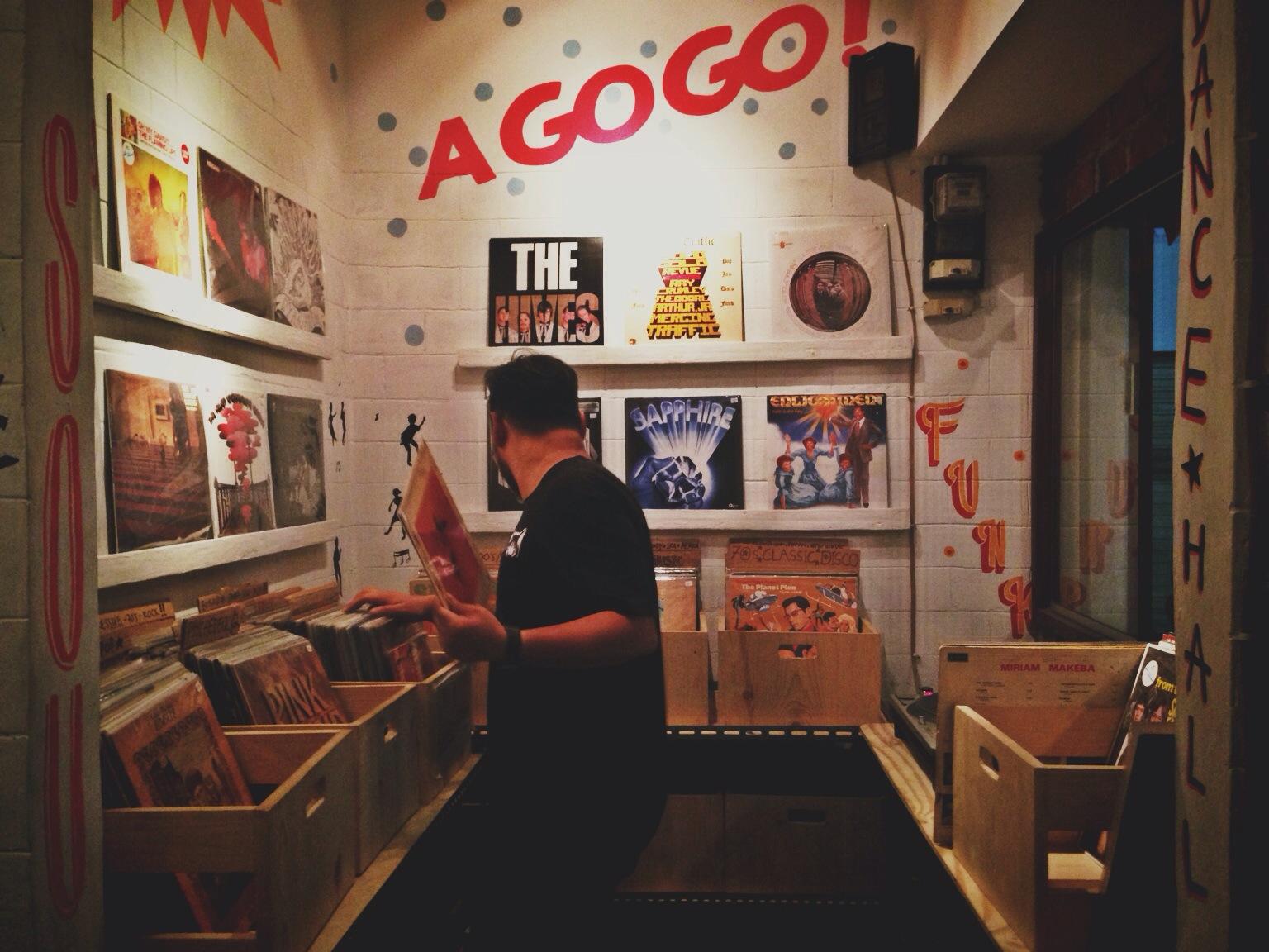 Interior Laidback Blues Record Store yang ceria.