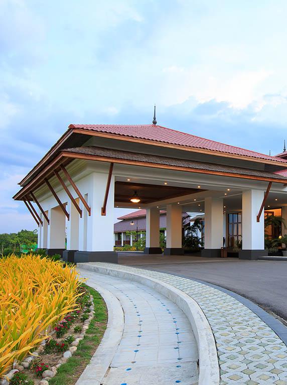 Arsitekturnya terinspirasi bangunan-bangunan tradisional Burma.