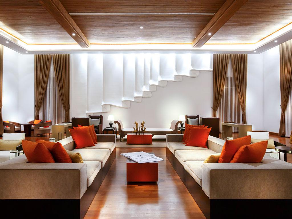 Sofa-sofa nyaman di lobi.