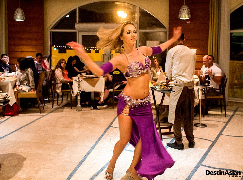 Lana, penari perut asal Brasil yang setia menghibur di sebuah restoran di pesisir Laut Mati.