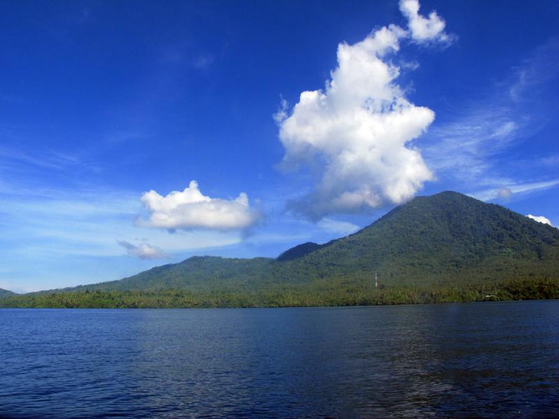 Lautan di Jailolo dengan pegunungan di latarnya.