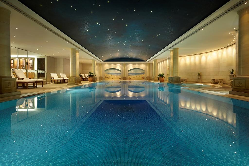 Kolam renang indoor dengan ukuran cukup masif.