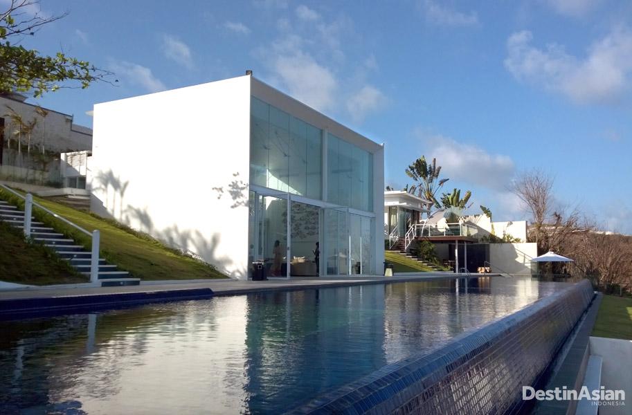 Latitude mengusung gaya modern minimalis dengan jendela-jendela raksasa. (Foto: Cristian Rahadiansyah)
