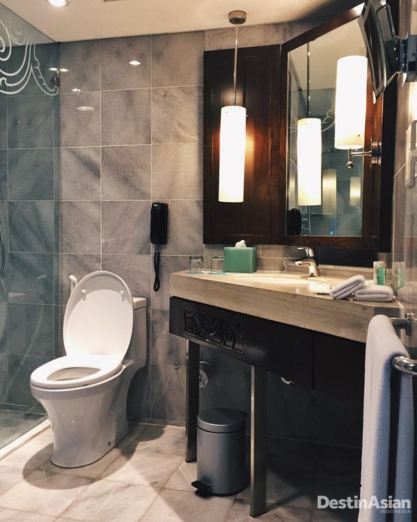 Kamar mandi sekarang hanya menggunakan pancuran. Lebih praktis.