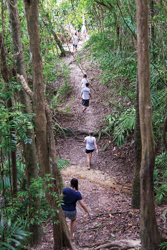 Trekking di Pulau Sapi menuju tempat flying fox terpanjang di Malaysia.