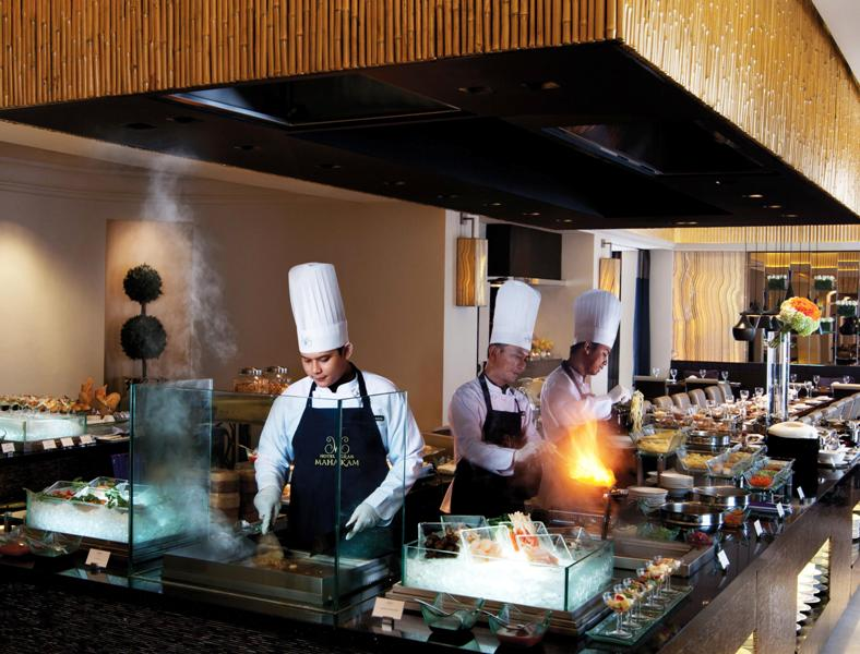 Dapur terbuka Le Gran Café memungkinkan tamu melihat langsung proses memasak.