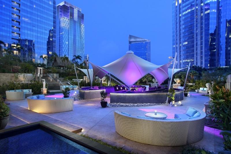 Level 8 dengan latar belakang gedung-gedung pencakar langit. (Foto: The Ritz-Carlton Jakarta, Pacific Place)