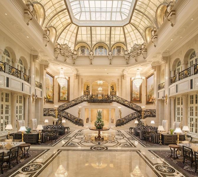 Lobi hotel yang terlihat megah dengan balutan marmer.