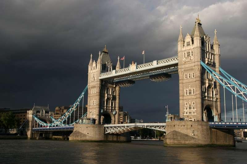 Jembatan kuno di atas Sungai Thames yang menjadi salah satu ciri khas London.