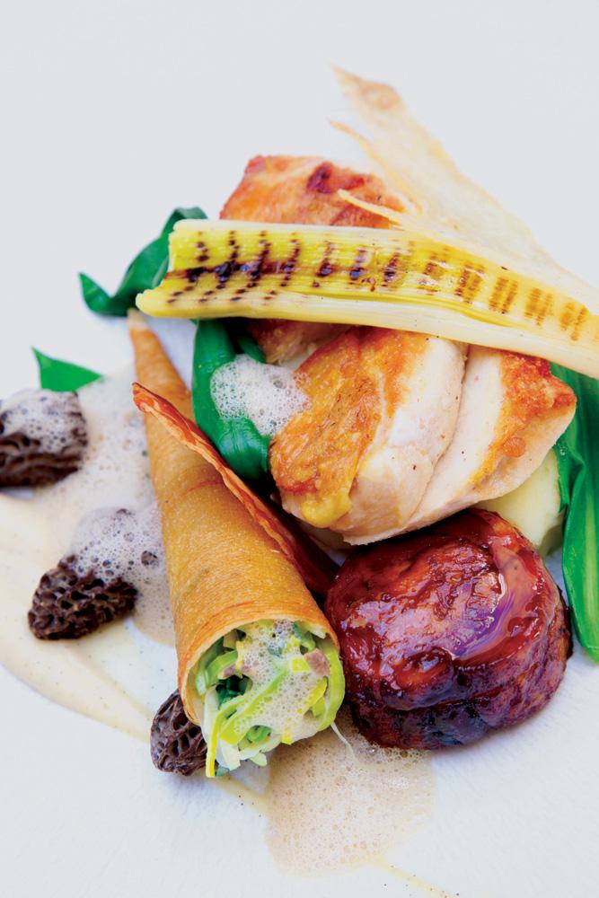 Ayam panggang dengan jamur sarang lebah, salah satu menu di Lords of the Manor.