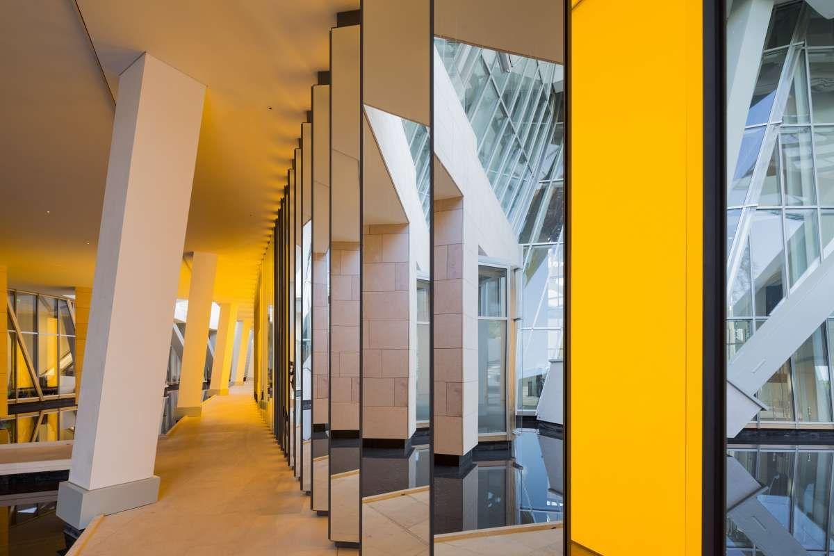 Interior bergaya modern dengan penggunaan kaca yang melimpah.