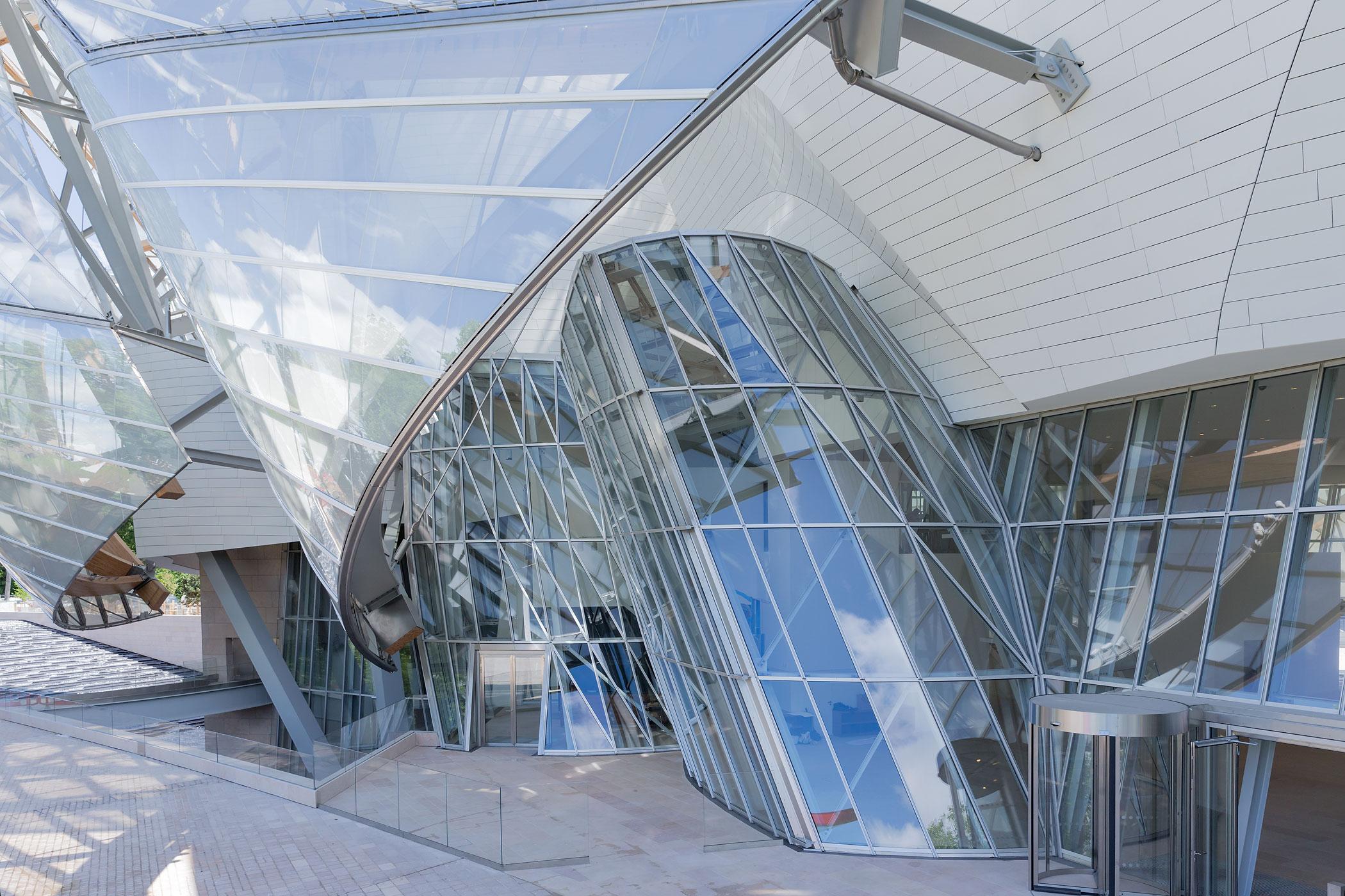 Museum ini dibangun menggabungkan 3.600 panel kaca.