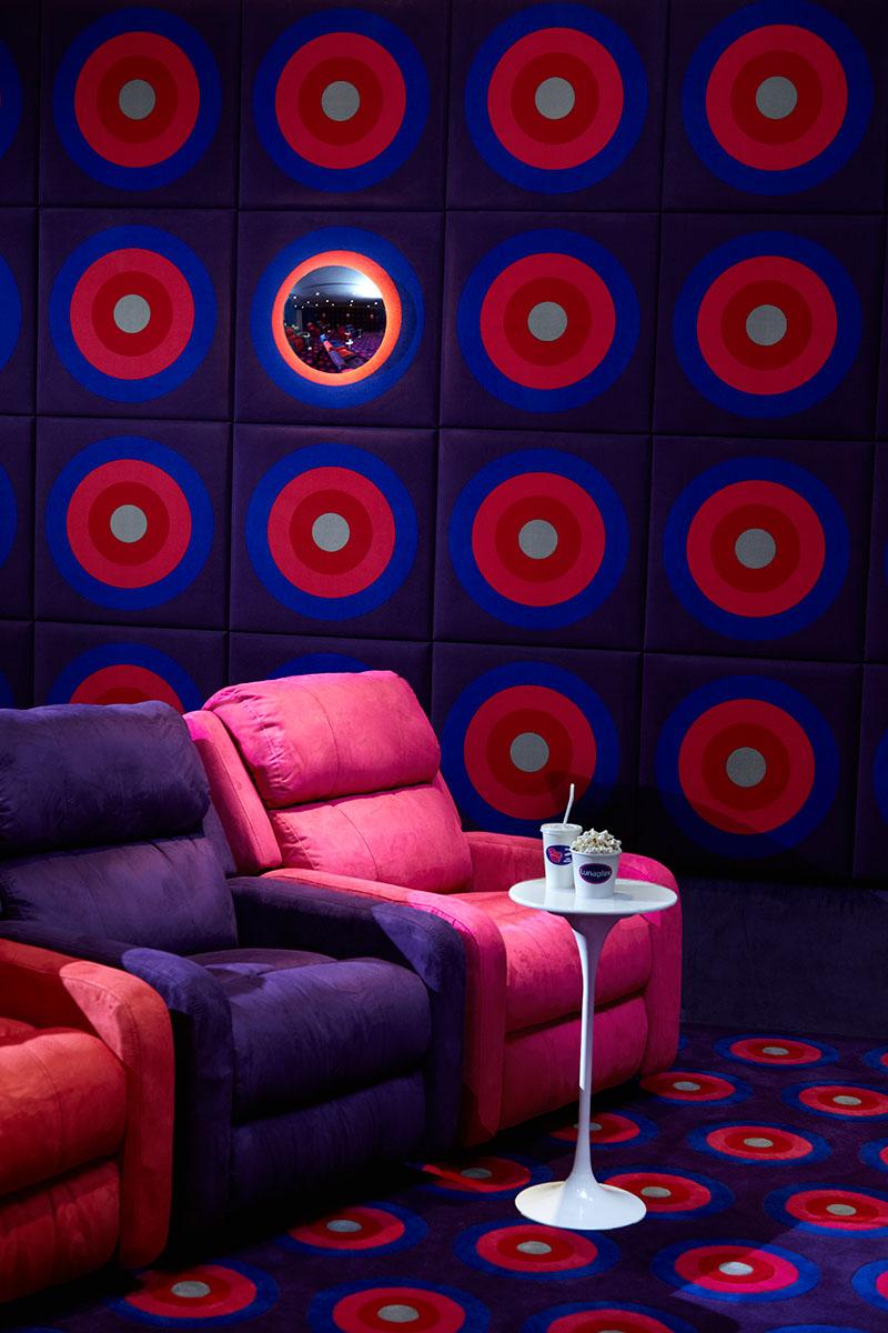 Bioskop mini Lunaplex yang bisa ditemukan di lantai bawah tanah.