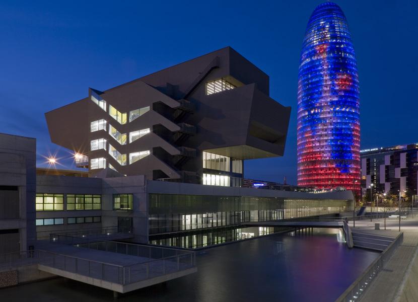 Fasad museum yang bergaya modern futuristis.