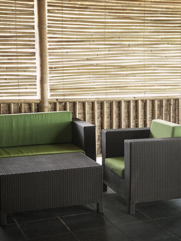 Interior kafe Bumbangku Resort yang cukup modern.