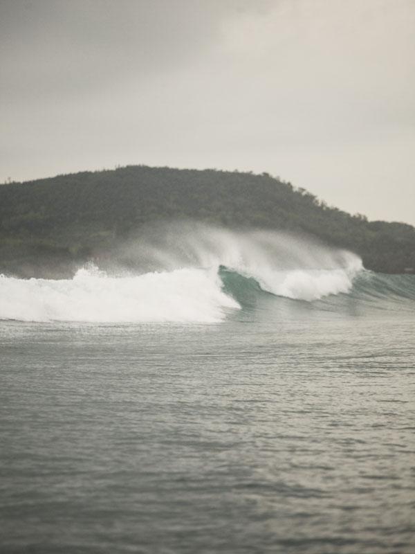 Ombak menjulang di Gerupuk, Lombok yang menjadi incaran para peselancar.