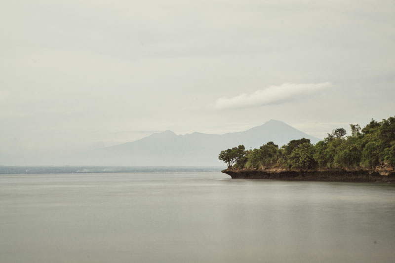 Siluet Gunung Rinjani dilihat dari bibir Pantai Tangsi.
