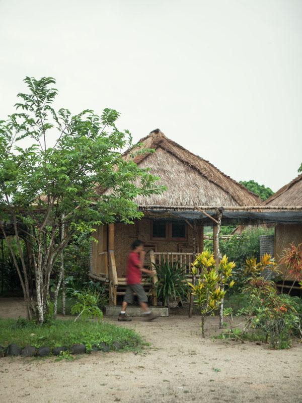 Kamar-kamar di Bumbangku Resort dengan desain sederhana.
