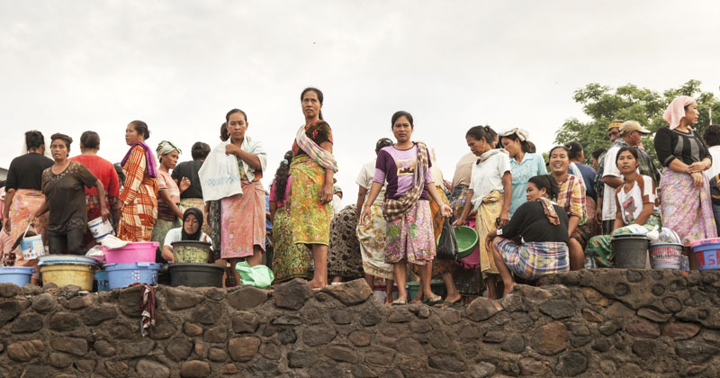 Para wanita yang menyesaki pasar ikan di Tanjung Ringgit yang merupakan pasar ikan terbesar di Lombok.