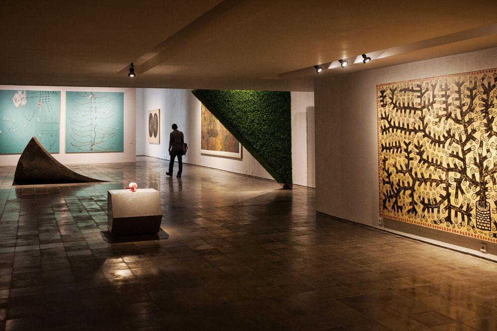 Seorang pengunjung melihat-lihat karya seni di OHD Museum.