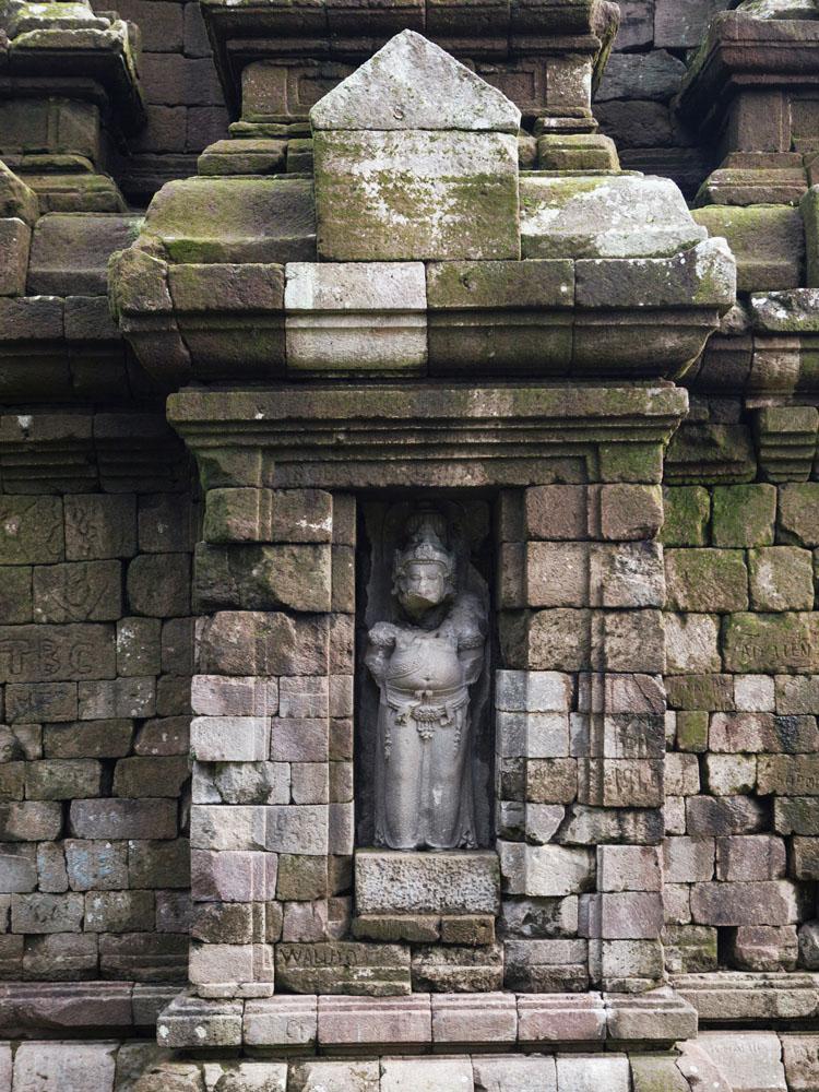 Sebuah patung di dinding Candi Selogriyo.