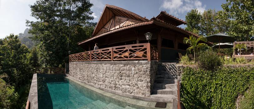 Foto panorama kolam renang di Villa Borobudur. (Foto: Muhammad Fadli)