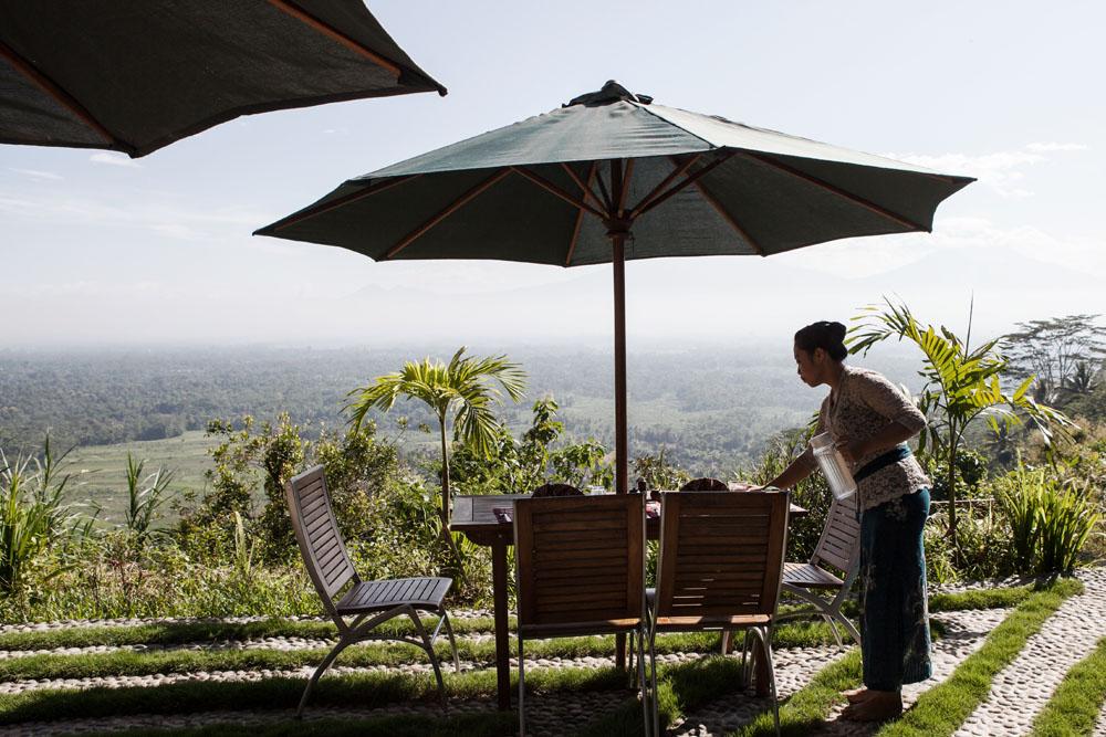 Salah seorang karyawan Villa Borobudur sedang menyiapkan sarapan di Villa Diponegoro.