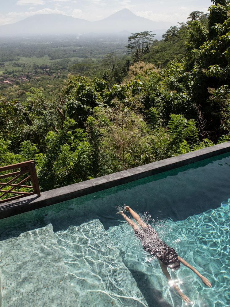 Kolam renang privat di Villa Diponegoro dengan pemandangan Gunung Merbabu dan Gunung Merapi.