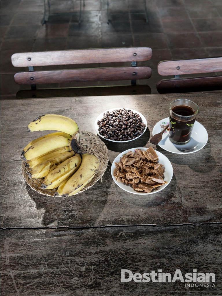Camilan sore di MesaStila: biji kopi dipadu gula Jawa.