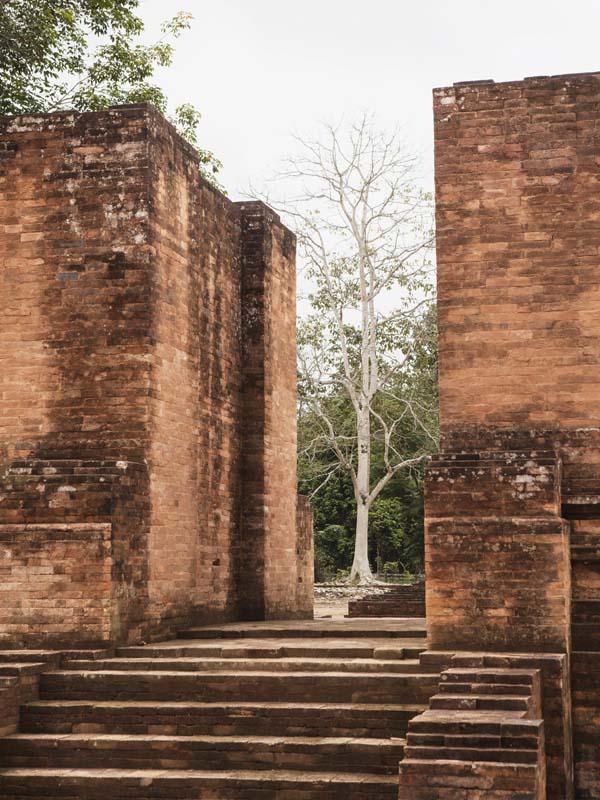 Gerbang Candi Gedong II yang rapi.