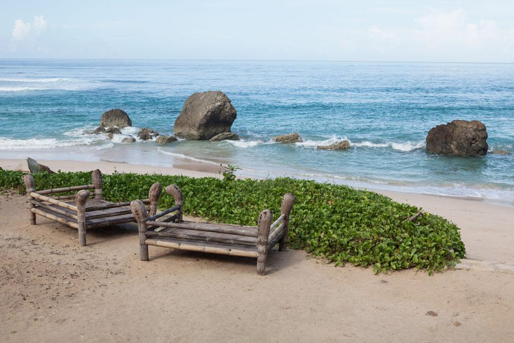 Pantai di Nihiwatu Resort. Pada musim-musim tertentu, titik ini menjadi idola para selancar dari berbagai benua.