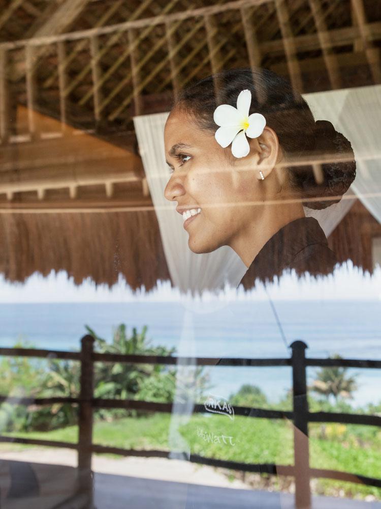 Pegawai resor di dalam Lantoro Family Villa yang menghadap langsung ke lautan.