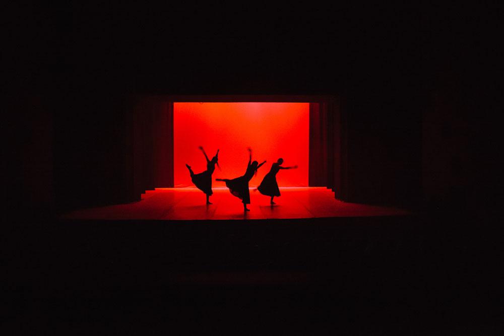 Penampilan Balet Nasional Kosovo membawakan Where the Light Falls karya Antonio Pio Fini di Teater Nasional Kosovo.