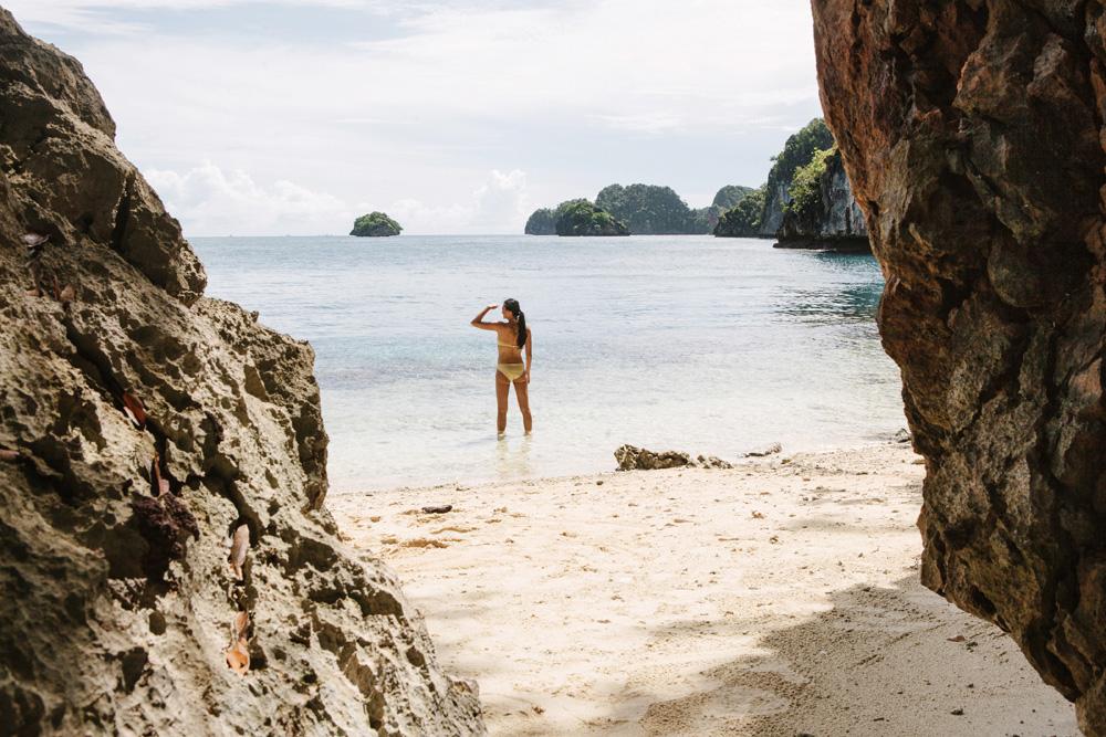 Island hopping adalah salah satu agenda di perjalanan Alila Purnama.