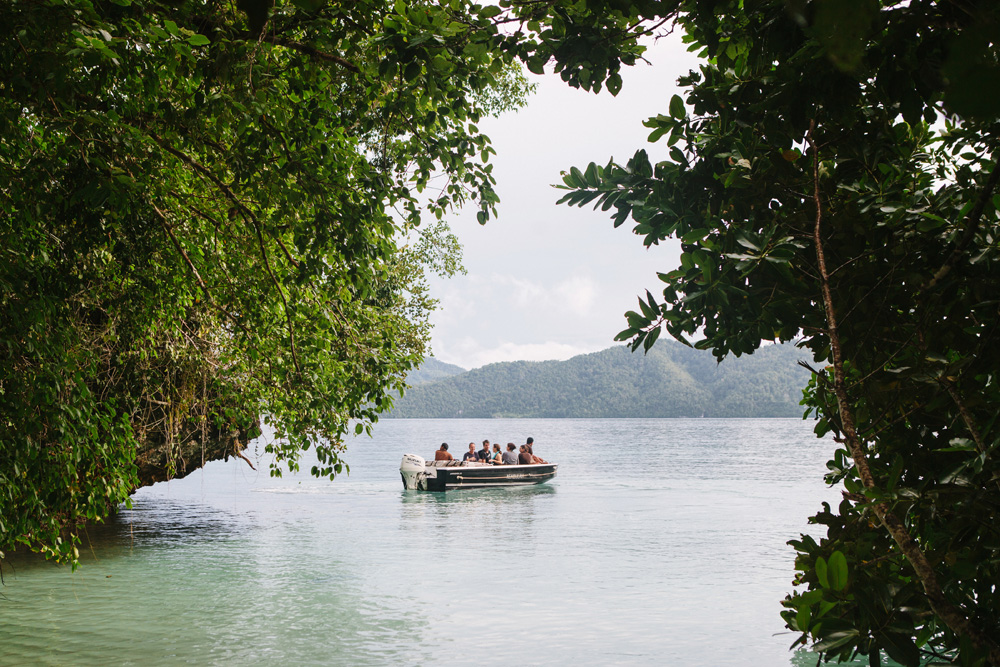 Kapal kecil penuh dengan penumpang Alila Purnama meninggalkan Pulau Gam setelah aktivitas birdwatching.