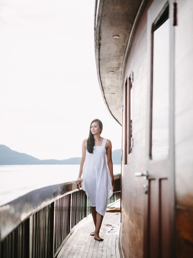 Menikmati pemandangan laut di kepulauan Raja Ampat dari dek Alila Purnama.