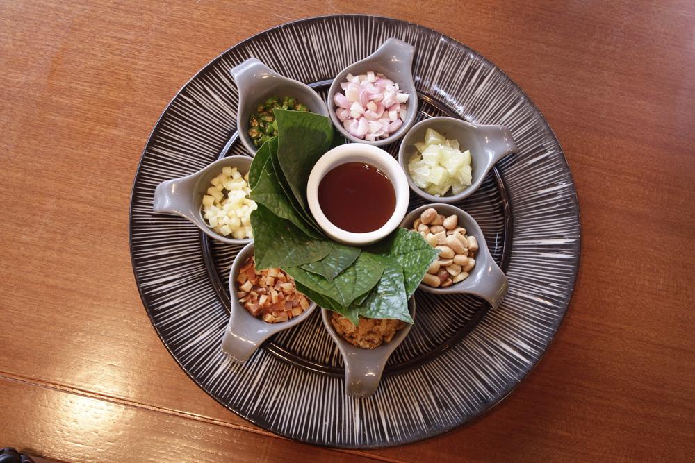 Kudapan sehat miang kham khas Thailand.