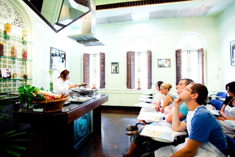 Belajar memasak di Blue Elephant Cooking School.