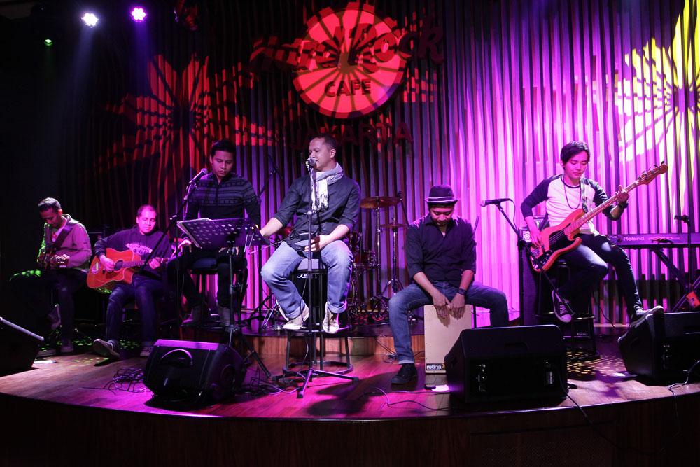 Tiap malam, kafe ini juga menampilkan band di panggung.