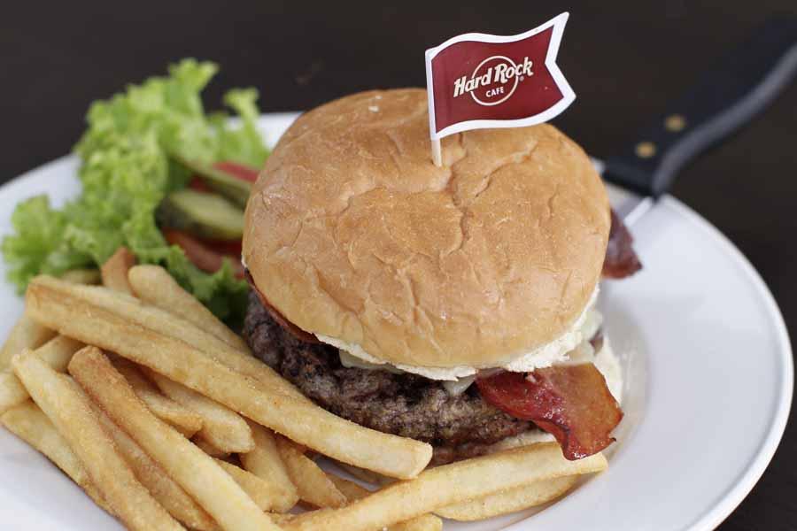 Hidangan burger yang juga menjadi ciri khas Hard Rock Cafe.