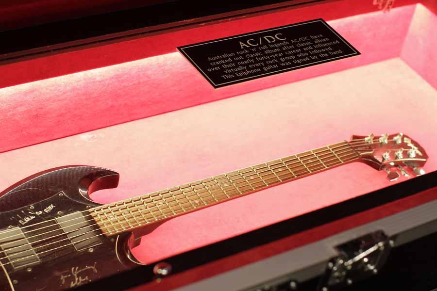 Gitar sumbangan dari grup band AC/DC.