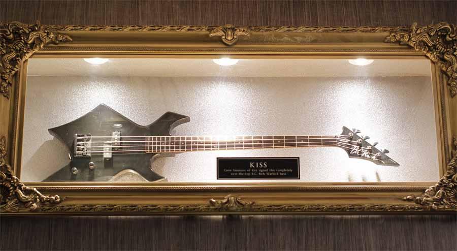 Gitar milik gitaris grup band KISS yang dipajang di dinding Hard Rock Cafe Jakarta.