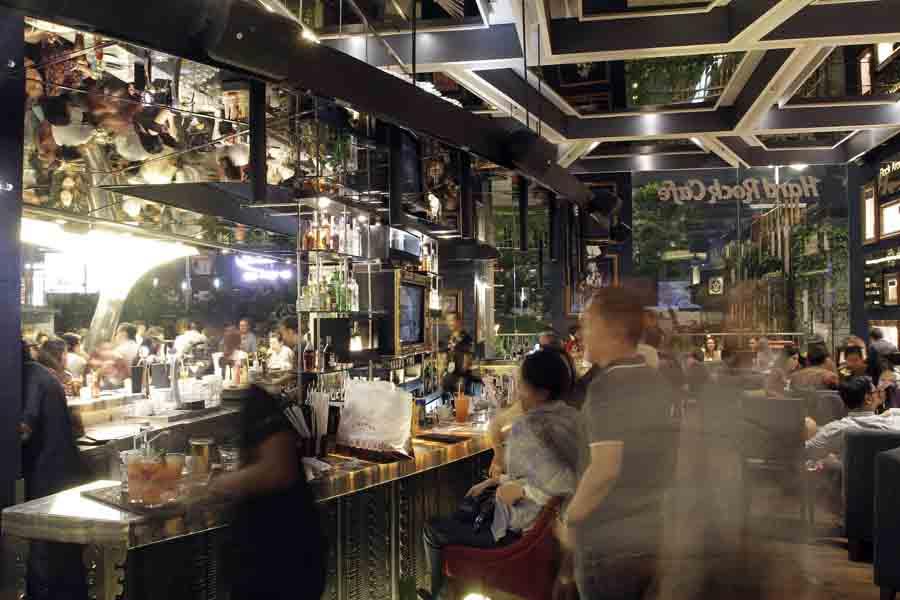 Bar menjadi tempat favorit para pengunjung.